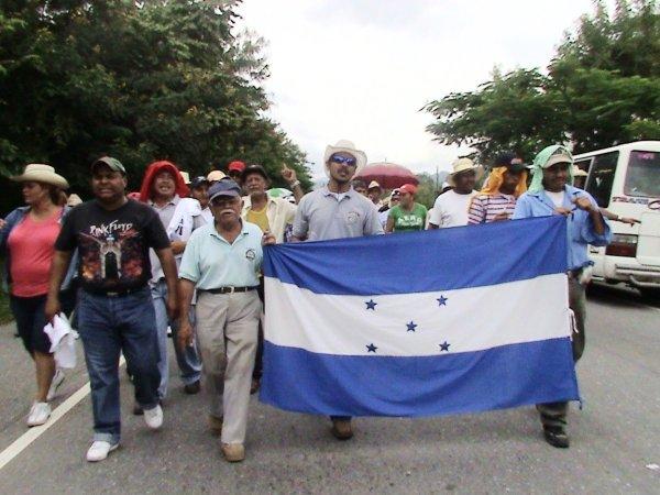 Juan Blas Cardona, encabeza la caminata.BIG